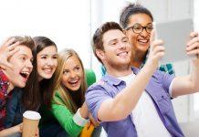 Jovens tirando selfie