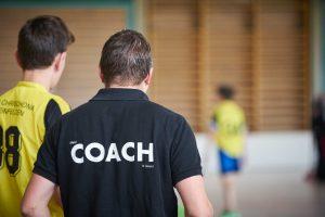 Treinador com jovens atletas