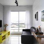 Sala simples, apenas com móveis essenciais