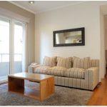 Sofá e mesa de apoio compõem uma sala simples