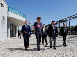 Paddy Cosgrave caminha no Parque das Nações, em Lisboa, com delegação japonesa e empreendedores portugueses