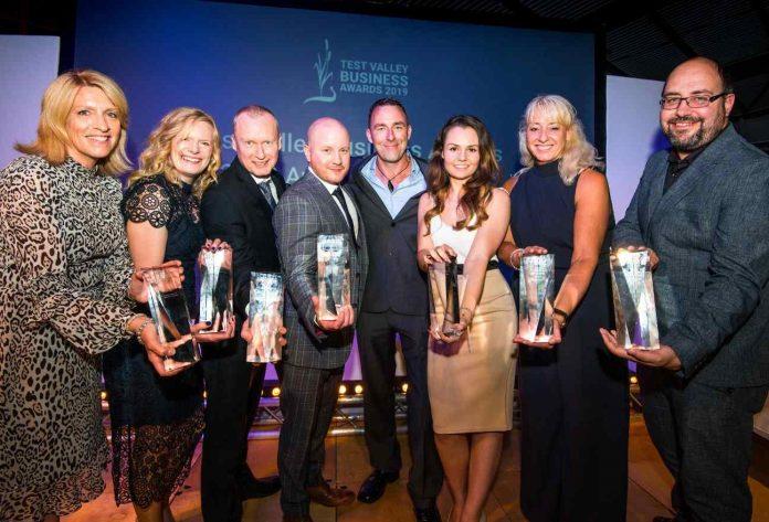 Premiados Test Valley Business Awards mostram seus troféus