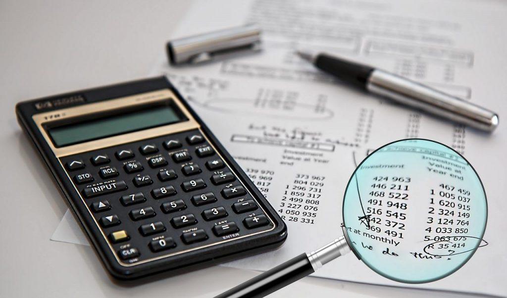 Lupa apontando para parcelas de um relatório de contas