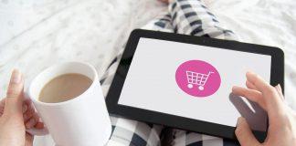 mulher fazendo compras online