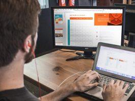 Web Designer trabalhando num website