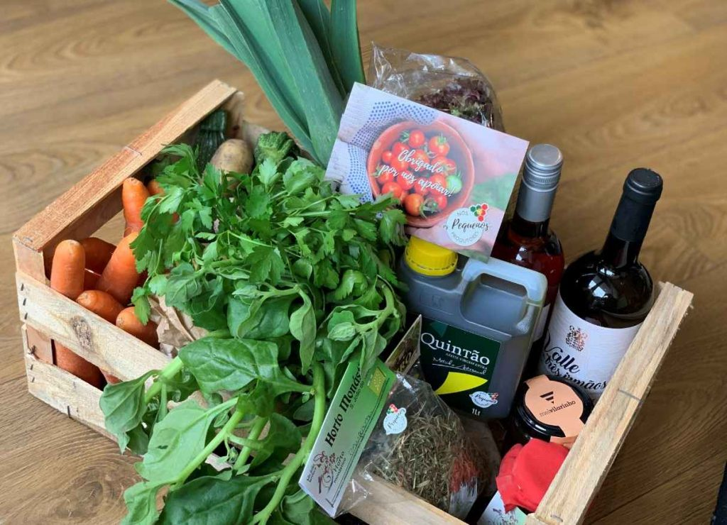 caixa com produtos agrícolas (frutas, legumes, vinho, azeite, doces e mel) distribuídos pela plataforma