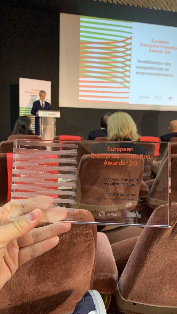 Representante do Concurso Montepio Acredita Portugal mostra a placa símbolo do trofeu atribuído aos agentes portugueses de empreendedorismo premiados pelo concurso europeu