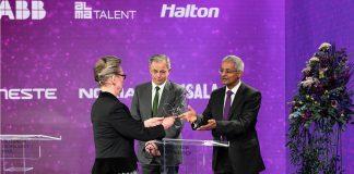David Klenerman e Shankar Balasubramanian, recebendo o Prémio na Finlândia em 18 de maio de 2021 das mãos da Presidente da Academia de Tecnologia da Finlândia Marja Makarow.