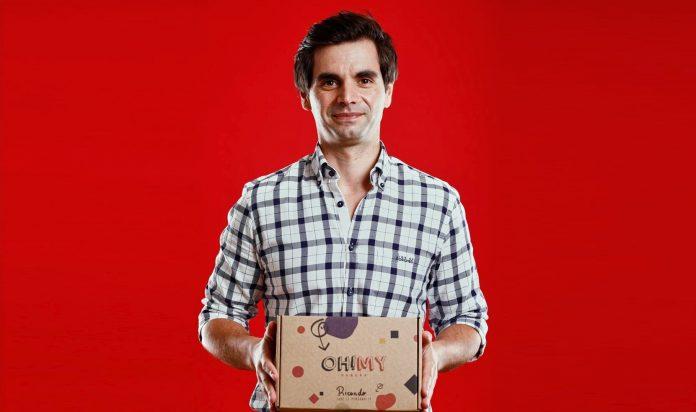 Ricardo Alves segurando uma caixa do seu produto